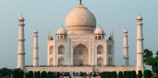 Essay on Tajmahal in Hindi